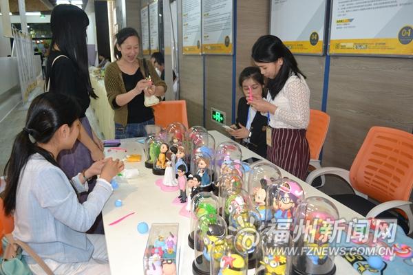 充满趣味性的手工泥塑展台吸引很多人围观体验