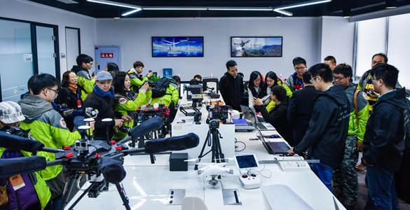 同学们在无人机企业进行采访拍摄工作_副本.jpg
