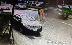 男子被人扒光衣物殴打.jpg