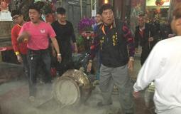 台湾民众除夕夜抢头香:场面混乱 撞断200公斤香炉.jpg