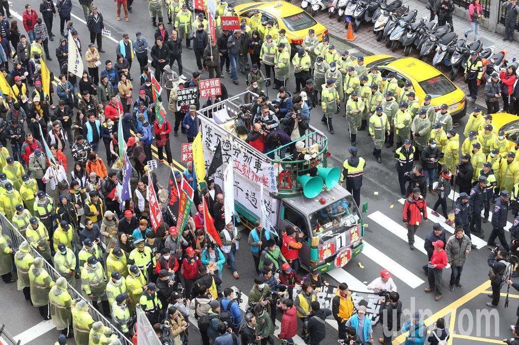 """愤怒的劳团绕行""""立法院""""为民进党送终。(图片来源:台湾""""联合新闻网"""").jpg"""