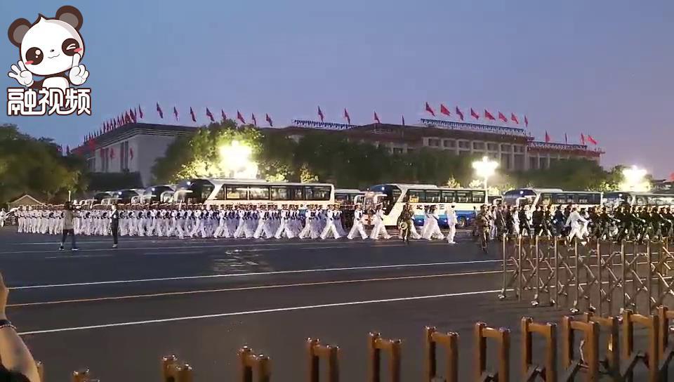 女兵方队行进在清晨的长安街上