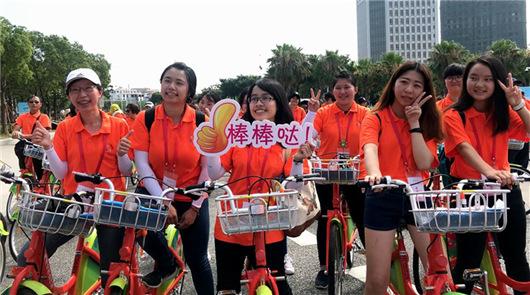 """(詹托荣)5日下午,两岸女大学生""""绿色共享 '骑'乐融融""""骑行活动在厦门海沧区……"""