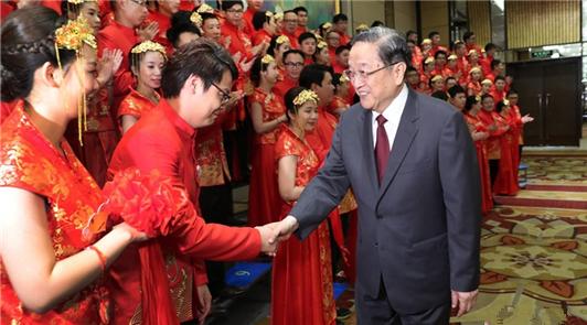 """6月17日,中共中央政治局常委、全国政协主席俞正声在厦门出席""""两岸美丽新人集体婚……"""