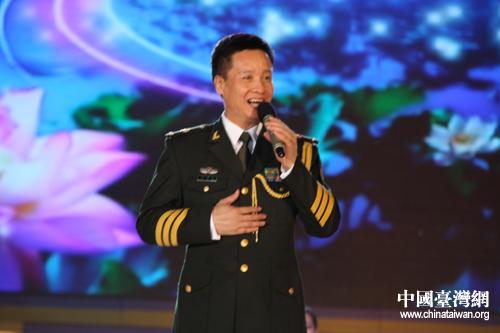 阎维文正在唱《母亲》、《一二三四歌》都耳熟能详的歌曲.(中国台