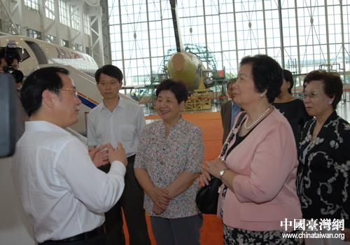 吴伯雄夫人戴美玉参观上海大飞机项目(图)