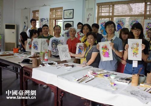 台湾大学生展示自己亲手绘制的年画.(图片来源:德阳市台办)