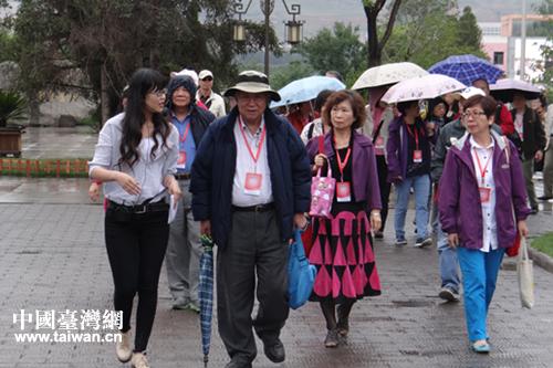 在西宁市第二十一中学教师引导下参观学校.(图片来源:青海省台办图片