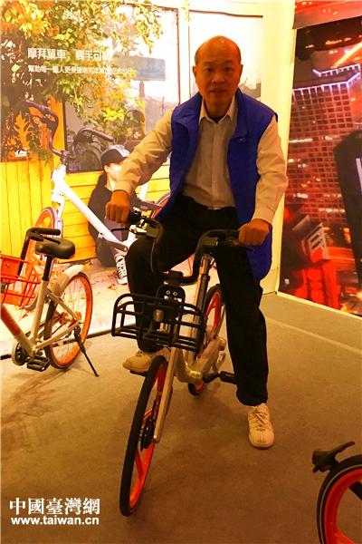 臺灣民眾親自體驗共用單車。(中國臺灣網 趙苗青 攝)