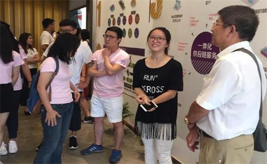 参加第三届海外台湾留学生长三角研习营的学生参访创业园区