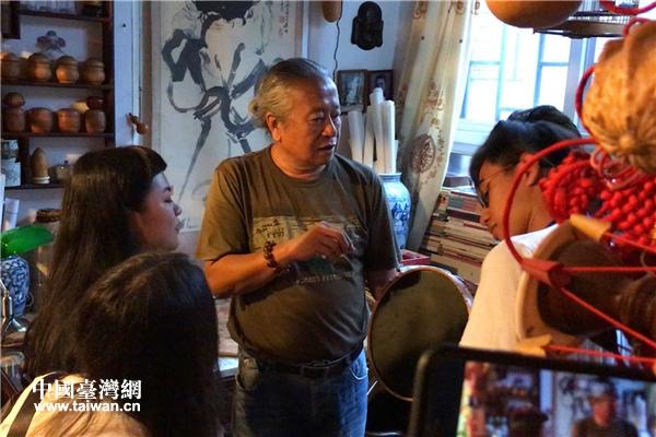北京市民謝曾華像臺灣青年介紹家里的鳥籠