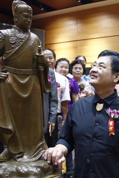 臺灣著名雕塑家陳啟村和其作品鄭成功銅像合影