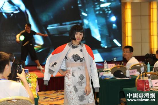 台湾学生进行时装秀表演