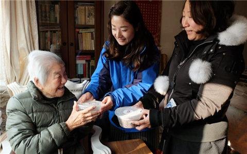 上海居民区为老台胞老人送腊八粥