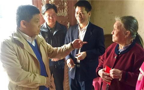 海南省台办副主任王克禧(左一)走访慰问困难台胞_副本.jpg