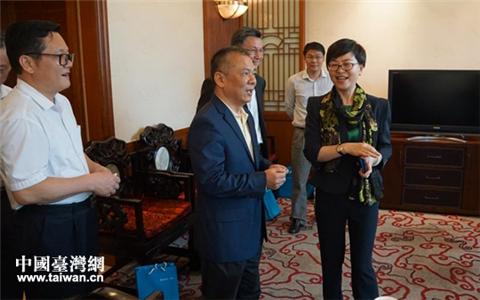 4月2日,广东省台办主任黄耿城在广州会见了富邦华一银行董事长洪佩丽、行长詹文岳一行。广东省台办副主任方涛、广州市台办主任曾卫东等有关同志参加了会见活动。