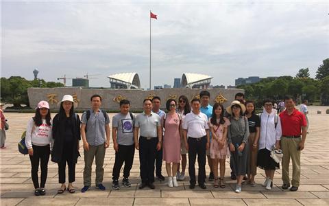 海峡两岸暨香港媒体调研团走进嘉兴 瞻仰南湖红船.jpg