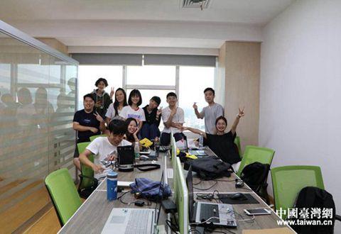 公共频道的5名台湾实习生和大陆实习生合照。(台湾实习生毛御亘提供).jpg