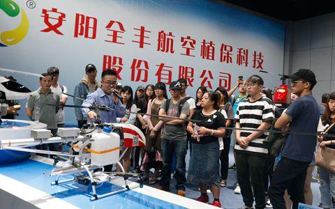 台湾大学生参观安阳全丰植保无人机.jpg