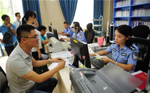 2008年9月1日,广西南宁市台湾同胞投资企业协会会长周代祥申领全国第一张台湾居民居住证。1_副本.jpg