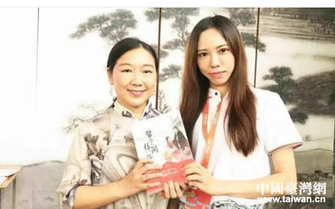 纳兰采桑(右)和《芈月传》作者蒋胜男合照.webp_副本.jpg