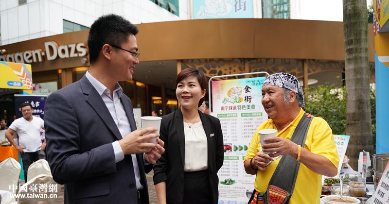 台湾北原山猫演唱组合成员吴廷宏义务为南宁台湾名品展销会台商代言
