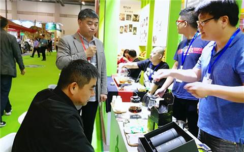 南投县茶农参加第三届茶博会 拓宽销售渠道.jpg