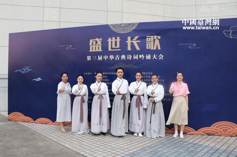 玉林师院指导老师台湾籍博士林晓筠副教授(右一)与参赛选手合影。.jpg
