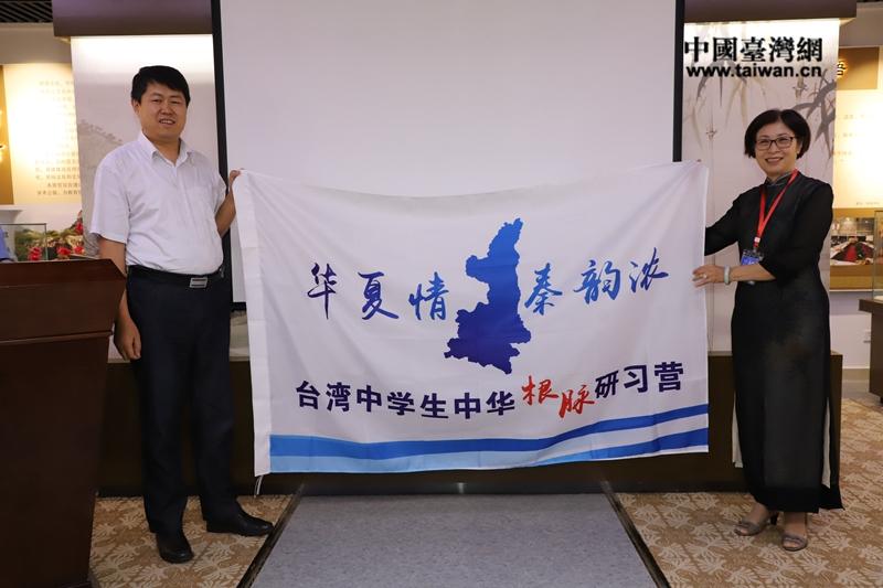 省教育厅副厅长范永斌授营旗3.jpg