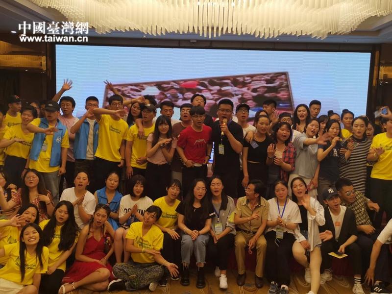 两岸大学生共同表演文艺节目.jpg