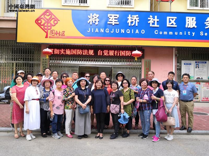 参访团在桂林象山区将军桥社区参访.jpg