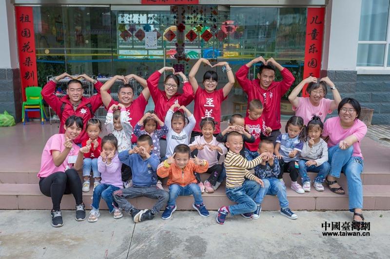 至善基金会一行和海东幼儿园小朋友在一起.jpg