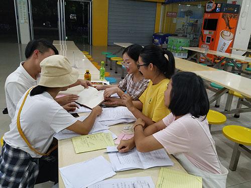 课题组在讨论(图片由王孟筠老师提供).jpg