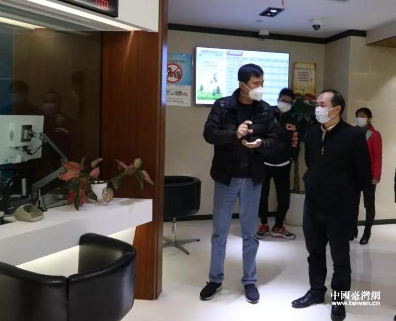 罗治平主任(右)与富邦华一银行总行行长助理兼成都分行行长郑磊(左)交流.png