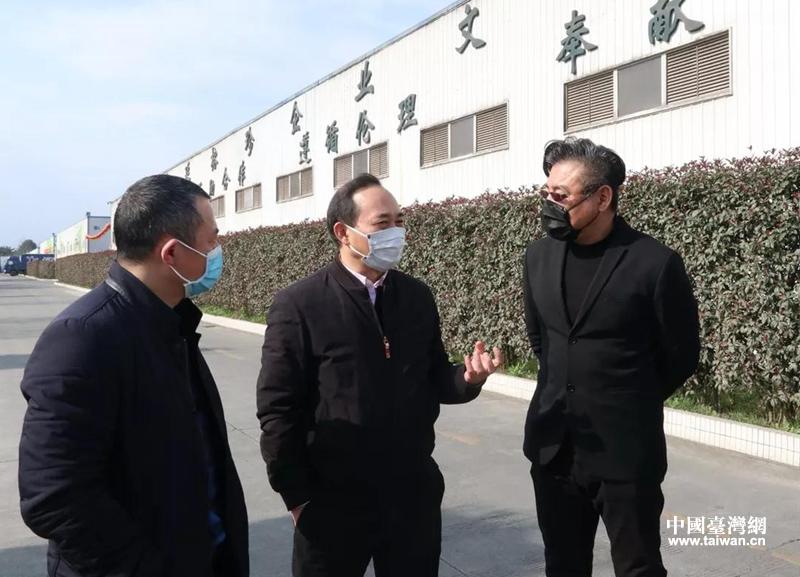 四川省台办主任罗治平(中)调研台企中延榕珍菌业公司.png