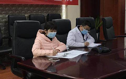 陶怡秀(左一)在会诊1.jpg