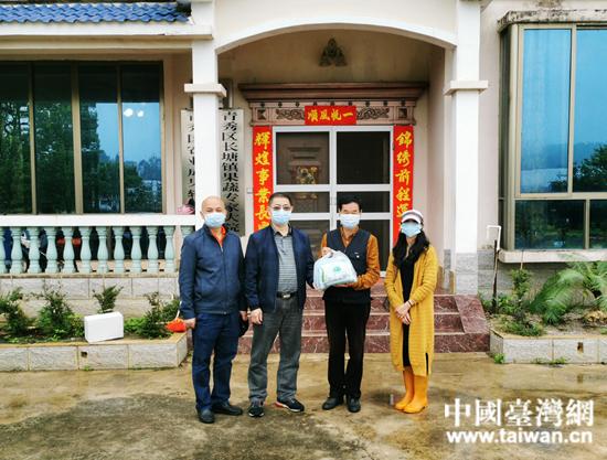 南宁市台办为广西泰萌农业公司送去口罩.jpg