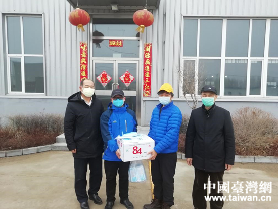 铁岭市台办向当地台企捐献抗疫物资。  (中国台湾网 发).jpg