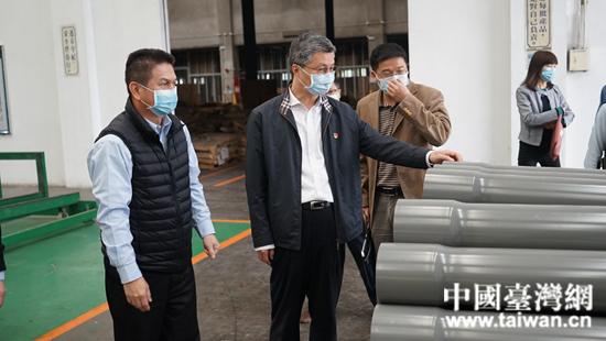 1.调研组深入企业厂区、车间了解企业生产运营情况.JPG
