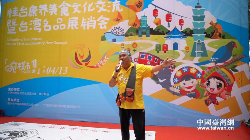 吴廷宏在南宁台湾名品展销会上放入歌助兴。.JPG