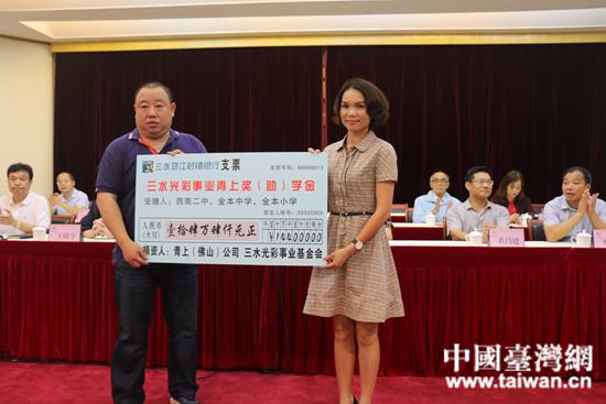 青上公司总经理助理陆军辉先生代表公司参加捐赠仪式.jpg