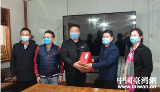 王二虎向企业赠送防疫用品。  (中国台湾网 发).jpg