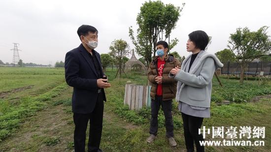 台湾青年庄慈芯(右一)向袁明(左一)介绍诺爱之家发展情况。  (中国台湾网 发).jpg