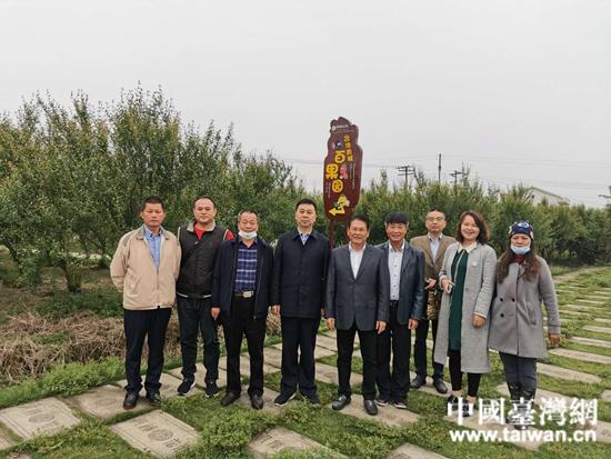 杨荣辉一行参观台资企业湖南智博农业有限公司,并与部分本地台商合影。  (中国台湾网 发).jpg