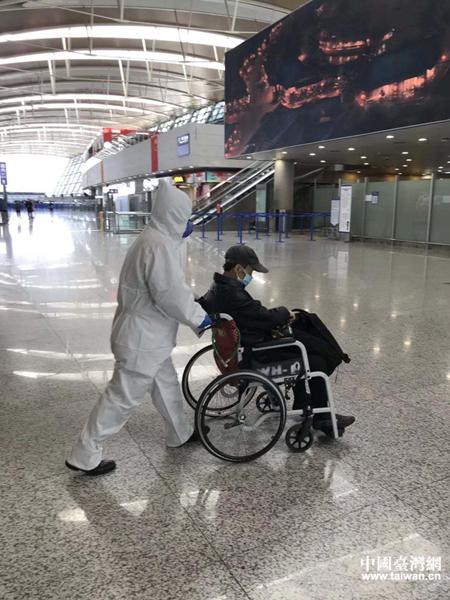 方先生在专人陪护下,顺利登上返回台北的航班.jpg