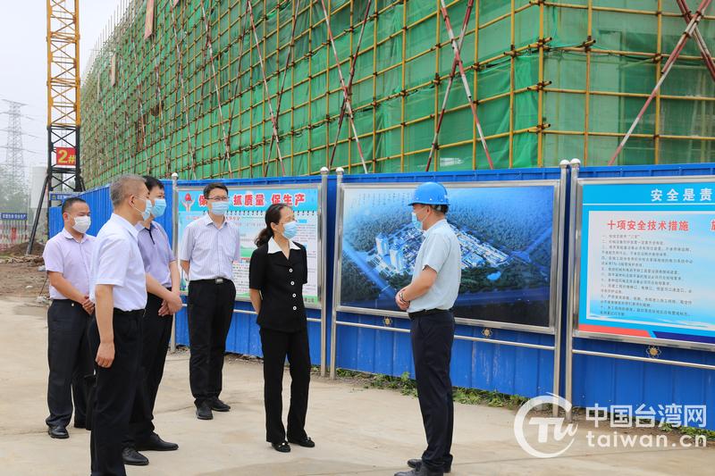 尹晓民副主任在台湾挺卫健康产业园工地查看项目建设进度 .JPG