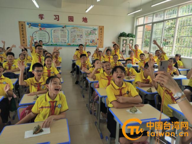 龙山小学小朋友向台湾的哥哥姐姐亲切问好.jpg