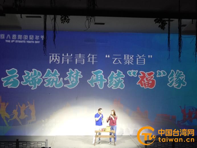 台青李正能(左)和蔡佩纭(右)现场直播带货.jpg