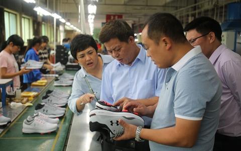 钦州市台办考察广西兴莱鞋业生产线_副本.jpg