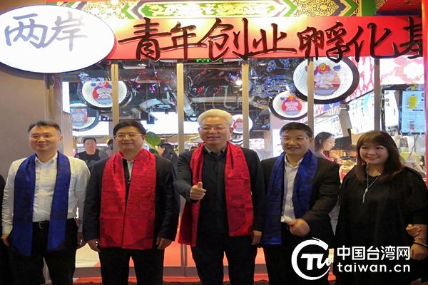 王建毅(左二)、李伟(中)为桂林庙王街两岸青年创业孵化基地揭牌_副本.jpg